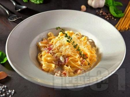 Талиатели (фетучини) със сос Карбонара с яйца, бекон, сирене пармезан и сметана - снимка на рецептата